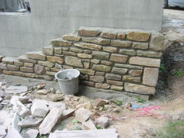 Mur en pierre en cours de construction